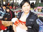 """""""警察妈妈""""爱心哺乳感动中国"""